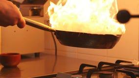 烹调在有坚硬火燃烧的铁锅平底锅 影视素材