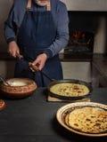 烹调在木火炉的薄煎饼的过程 免版税库存图片