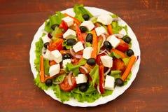 烹调在木背景的夏天希腊沙拉 免版税库存照片