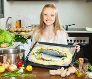 烹调在板料平底锅的普通的主妇鱼 库存图片