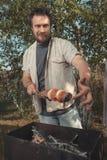 烹调在格栅的人 免版税库存照片