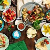 烹调在格栅的另外食物 顶视图 免版税库存图片