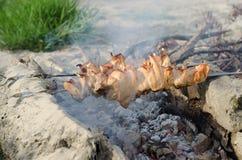 烹调在格栅的烤肉串烤肉 免版税库存图片