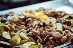 烹调在格栅的蘑菇 免版税图库摄影