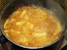 烹调在深炸锅的炸薯条 库存照片