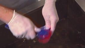 烹调在清洗在水槽的手套未加工的淡菜用水由刀子,刷子 餐馆厨房 进程 股票视频