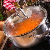 烹调在火炉的罐 免版税库存照片