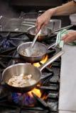 烹调在火炉的食物 免版税库存照片