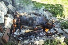 烹调在火的泥罐 免版税库存照片