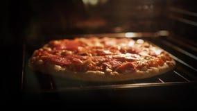 烹调在烤箱的一个冷冻薄饼 股票录像
