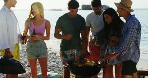 烹调在烤肉的食物和喝啤酒的朋友在海滩4k 股票视频