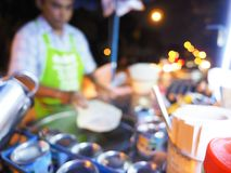 烹调在热的平底锅的鸡蛋的模糊的照片Roti有在老牌的棕榈油的,烹调在一个黑热的平底锅的Roti,被弄脏的背景cookin 图库摄影