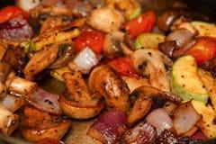 烹调在煎锅的菜-白色蘑菇,西红柿,与夏南瓜一起的葱在一个烹调平底锅 库存照片