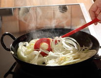 烹调在煎锅的葱 库存图片