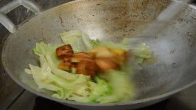 烹调在煤气炉的铁平底锅的卷心莴苣和油煎的豆腐 股票录像
