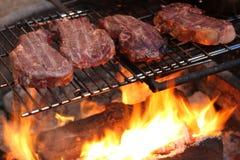 烹调在牛排的营火 免版税库存图片