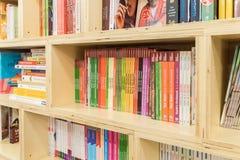 烹调在现代书店架子的食物书 免版税库存照片