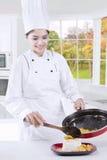 烹调在现代厨房里的厨师 库存照片