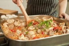 烹调在电煎锅的炖煮的食物 免版税库存照片