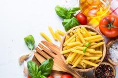 烹调在白色顶视图的食物成份背景 免版税库存照片