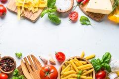 烹调在白色顶视图的食物成份背景 库存照片