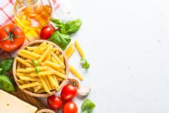 烹调在白色顶视图的食物成份背景 免版税图库摄影