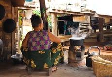 烹调在缅甸乡下厨房里  免版税库存图片