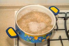 烹调在罐的大麦米在煤气炉 免版税库存照片