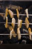 烹调在自然 在火盆的烤鲜美烟肉与篝火和煤炭 库存图片