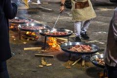 烹调在街道上的肉菜饭行 库存图片