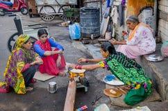 烹调在街道的妇女 免版税库存照片