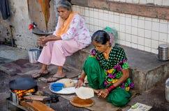烹调在街道的妇女 免版税图库摄影