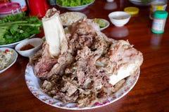 烹调在被炖的骨头牛肉 免版税库存图片