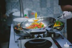 烹调在铁锅平底锅的菜 免版税库存照片
