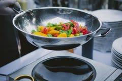 烹调在铁锅平底锅的菜 免版税库存图片