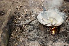 烹调在阵营的油煎的鱼 免版税库存图片