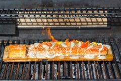 烹调在雪松板条的三文鱼在烤肉 免版税图库摄影