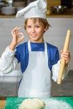 烹调在餐馆厨房的滑稽的愉快的厨师男孩 库存图片