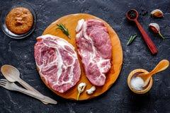 烹调在黑暗的背景顶视图的概念肉牛排 免版税库存照片