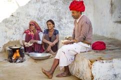 烹调在柴火的妇女食物 免版税库存照片