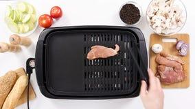 烹调地方未加工的猪肉两个片断格栅的 股票视频