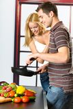 烹调夫妇愉快的年轻人 库存照片