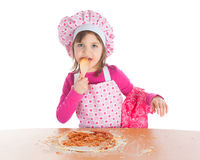 烹调女孩少许薄饼 免版税库存照片