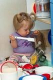 烹调女孩平底锅的婴孩 免版税库存照片