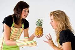 烹调女性菠萝 免版税库存照片
