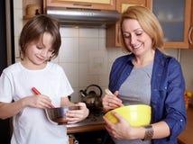 烹调她的厨房母亲儿子 免版税库存图片