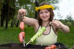 烹调妇女的火盆 图库摄影