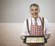 烹调姜饼人的人 免版税库存照片