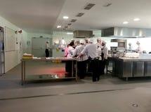 烹调学校工作的学生 免版税图库摄影
