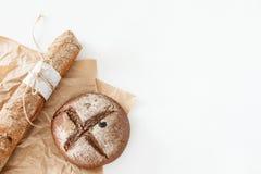 烹调家制面包,黑圆的面包和长方形宝石说谎  图库摄影